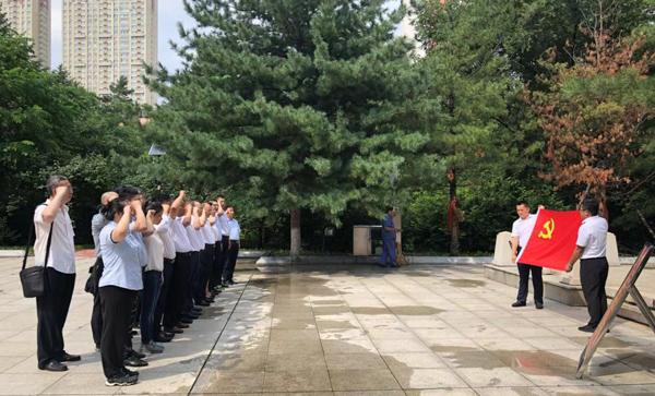 2019.7.16全体党员由院长王继祥领誓,在鲜艳的党旗下重温入党誓词